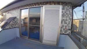 完成した2階の外壁と採風付き雨戸サッシ